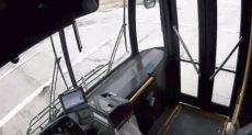 لحظة اصطدام سيارة بحافلة