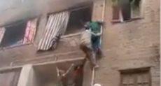 وليد الأمير جار الشاب الذي تسلق المواسير وانقذ اطفال