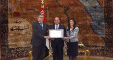 جانب من تقديم درع منظمة السياحة العالمية للرئيس السيسي ووزير السياحة