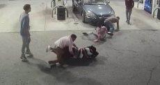 لحظة سرقة مسلحين لأحد محطات الوقود بأمريكا