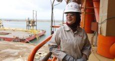 بسنت الغرياني خلال عملها داخل يارد تصنيع المنصات البحريه