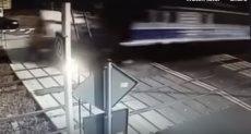 قطار يدهس سيارة إسعاف