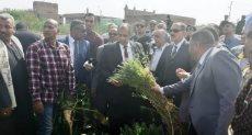 وزير الزراعة ومحافظ أسيوط يتفقدان حقل إرشادى منزرع بمحصول القمح