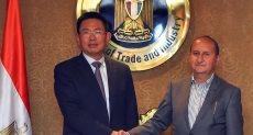 وزير التجارة والصناعة خلال لقائه مسؤولي الشركة الصينية