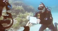 شاب أسترالى يطلب يد حبيبته للزواج تحت الماء