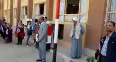 مدير مدرسة بأسيوط يكرم عاملا ويقبل يده وسط الطلاب