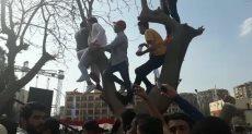 طلاب جامعة عين شمس يتسلقون الأشجار لمشاهدة حفل رامي صبري