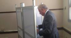 محافظ جنوب سيناء يدلى بصوته فى الاستفتاء