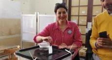 وفاء عامر تدلي بصوتها فى الاستفتاء