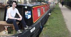 بريطانى يعيش على قارب