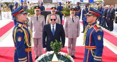 الرئيس السيسي يضع إكليل من الزهور علي النصب التذكاري للجندى المجهول