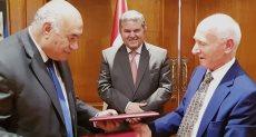 هشام توفيق وزير قطاع الأعمال يشهد توقيع الاتفاقية