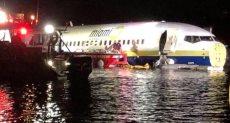 طائرة بوينج تهبط فى نهر