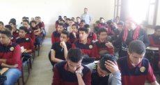 طلاب أولى ثانوى يؤدون امتحان العربى إلكترونيا على التابلت