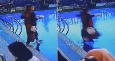 لحظة سقوط السيدة فى حمام السباحة