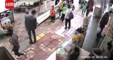 فتاة صينية تصفع حبيبها أمام المارة