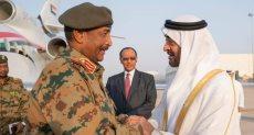 محمد بن زايد في استقبال رئيس المجلس العسكري بالسودان