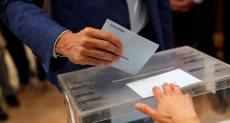 رئيس وزراء إسبانيا بيدرو سانشيز يدلى بصوته
