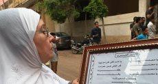 سيدة تلقى قصيد محمد صلاح