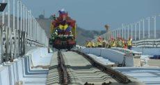 أول قطار يعبر من روسيا إلى شبه جزيرة القرم