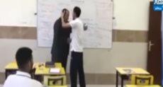 الطلاب أثناء توديعهم معلمهم
