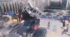 سقوط سيارة على سفينة