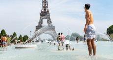 السباحة أمام برج أيفل
