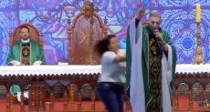 سيدة تدفع راهب بالبرازيل بعد زعمه عدم دخول السمينات الجنة
