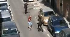 شاب يهاجم رجال الشرطة الإسبانية بسكين
