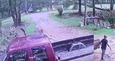 لحظة هروب الرجل من الإعصار