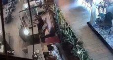 اللحظات الأولى لمقتل الدبلوماسي التركي في حادث إطلاق النار بأحد مطاعم أربيل