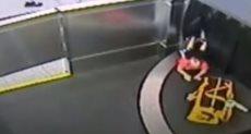 طفل يصعد حزام الأمتعة