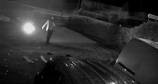 السائق بعد خروجه من سيارته