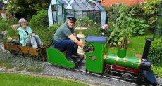 المسن وزوجته يستقلان القطار الصغير