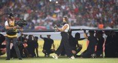عازفة الكمان البنانية خلال مشاركتها فى حفل افتتاح بطولة غرب آسيا لكرة القدم في مدينة كربلاء العراقية