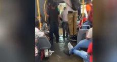 فيضانات بنيويورك تجبر ركاب حافلة على الجلوس رافعين أقدامهم