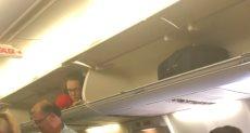 مضيفة طيران أمريكية تنام داخل صندوق حقائب الركاب