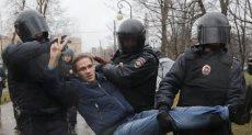 الشرطة الروسية تعتقل أحد المحتجين