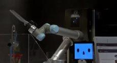 روبوت ياباني لعمل القهوة والقيام بأعمال التنظيف