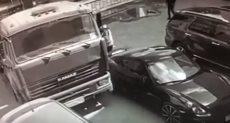 رجل يوقف سيارة بيديه