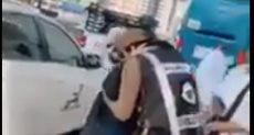 رجل أمن سعودي يؤدى التحية العسكرية لوالدته أثناء تأديتها مناسك الحج