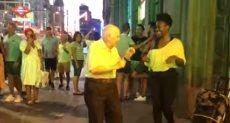 مسن يرقص بطريقة رائعة فى شوارع مدريد