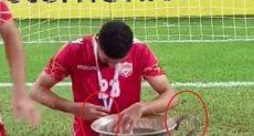 لاعب منتخب البحرين يمسك الكأس المكسور