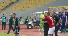رمضان صبحي ينفعل على جهاد جريشة خلال مباراة الأهلي وبيراميدز