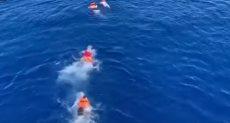 المهاجرون يلقون بأنفسهم فى البحر