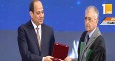 الرئيس السيسى يكرم عددا من العلماء الحاصلين على جوائز الدولة
