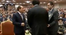 """وزير التعليم العالى يهدى درع """"عيد العلم"""" للرئيس السيسى"""