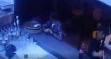 لحظة سرقة شاب لهاتف داخل إحدى مطاعم التجمع الخامس