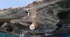 الصخرة تنهار وقت قفزة الغواص