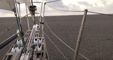 قارب يبحر عبر كتل من الصخور الإسفنجية العائمة بأستراليا